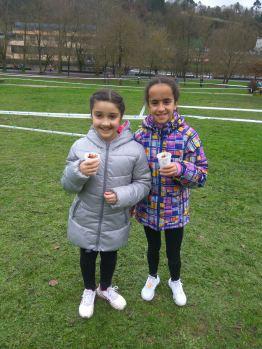 Foto de Noelia e Carolina disfrutando dun chocolate o rematar a proba